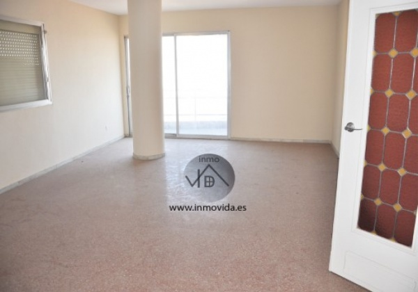 Piso en el centro de Xativa con excelentes vistas y muy amplio. Tiene 3 habitacioens y 2 baños. Dipone de ascensor. Inmovida Inmobiliaria.