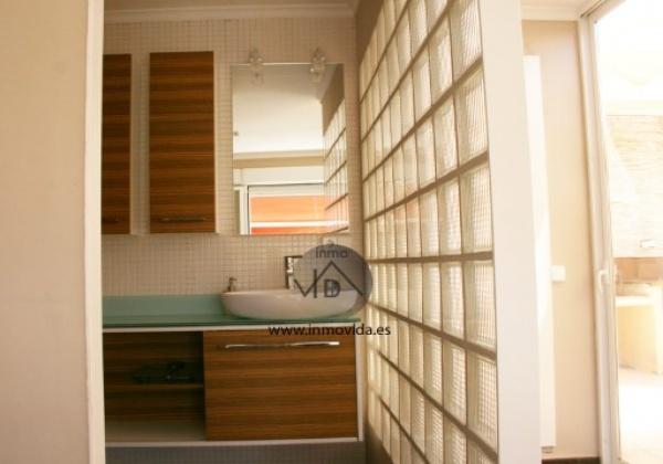 Excelente atico en oliva con buenas vistas. Tiene 3 habitaciones y  2 baños. El precio incluye plaza de garaje. Inmovida Inmobiliaria.