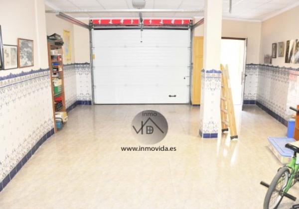 Excelente piso en el centro de algemesi con 150m2 distribuido en 5 habitaciones y 2 baños. Cocina totalmente equipada. Tiene suelo radiante y calefacción eléctrica. Inmovida Inmobiliaria.