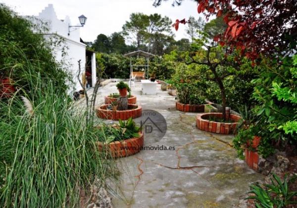 Chalet en venta en bixquert, Xativa. Tiebne 5 habitacioens, 1 baño, un gran jardin y terreno, piscina, una amplia terraza y garaje. Inmovida Inmobiliaria