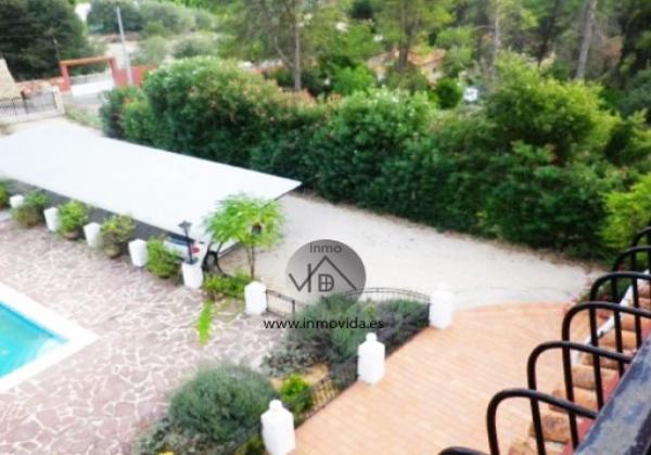 Chalet de diseño frances a la venta en bixquert, Xativa. Tiene piscina, garaje, paellero y un gran terreno. Inmovida Inmobiliaria